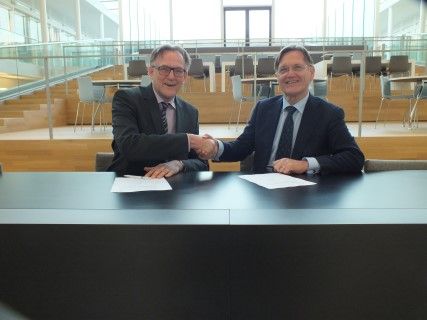 Photo: Bert Geerken (TUD) and Wim van Vierssen signed the collaboration agreement at the end of the colloquium.