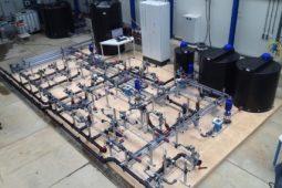 KWR draagt wetenschappelijk schaalmodel leidingnet Leeuwarden over aan Vitens