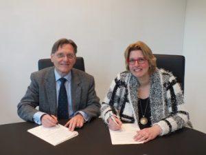 KWR CEO Wim van Vierssen and Intermediary Karin Beenen sign the Samen voor Nieuwegein contract.
