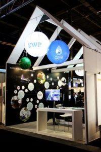 Foto: De 'bollenwand' toont hoe KWR in TKI-projecten samenwerkt met andere partijen bij het ontwikkelen van kennis voor het opzetten van een duurzame waterketen.