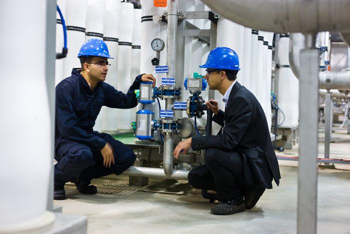 Onderzoekers bij een full-scale membraaninstallatie van Evides Industriewater.