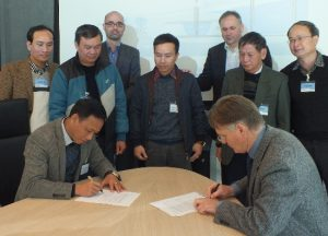 Dr. Tong Ngoc Thanh, Director General of NAWAPI, and KWR CEO Prof. Dr. W. van Vierssen sign the Letter of Support.