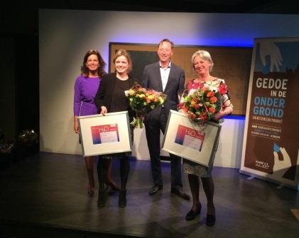 Met bloemen in de hand; de trotse prijswinnaars! Vlnr: Monique Bekkenutte (directeur KWN), Lieke Coppens (KWR), Peter de Jong, juryvoorzitter (Witteveen+Bos) en Annemarie van Wezel (KWR).