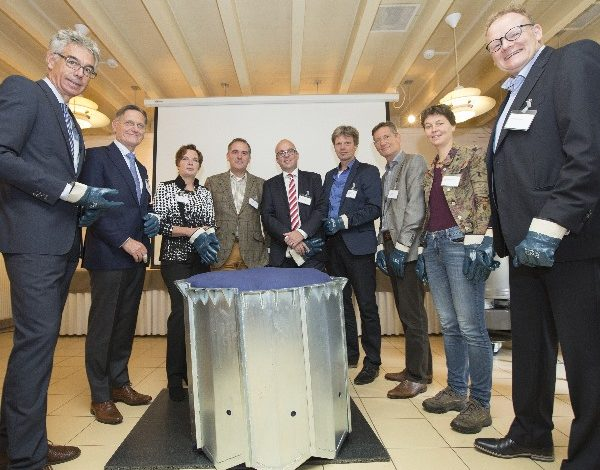 De openingshandeling van het meetsysteem door bestuurder van het consortium. Van links naar rechts: Jelle Hannema (Vitens), Wim van Vierssen (KWR), Myriam van Rooij (KNMI), Seger van Voorst tot Voorst (Nationaal park De Hoge Veluwe), Frank Tillmann (Eijkelkamp Soil & Water), Giliam Roolant (Waterschap Vallei en Veluwe), Henk Wolfert (WUR), Margreet van Zanten (RIVM) en Joost Buntsma (STOWA).
