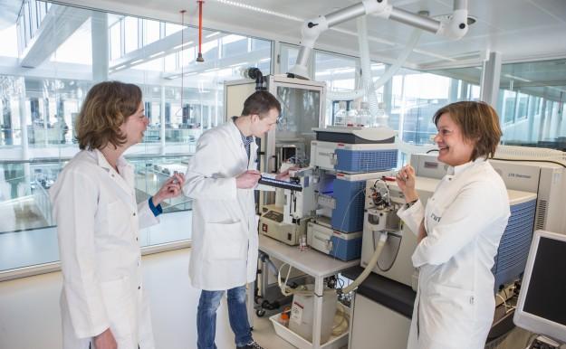 De onderzoekers in overleg over de detectie van stikstofhoudende desinfectie-bijproducten met behulp van massaspectrometrie