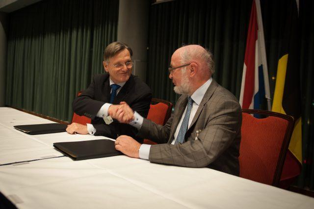 Wim van Vierssen, statutair directeur KWH Water B.V., en Boudewijn Van De Steene, directeur-generaal van De Watergroep, na ondertekening van het KWH-aandeelhouderschap van De Watergroep.