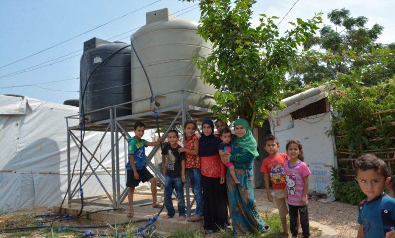 Twee keer per week worden de watertanks in dit vluchtelingenkampje bijgevuld met vrachtwagens. De vluchtelingen houden hun kampen graag netjes en onderhouden vaak ook een eigen (groenten)tuintje.