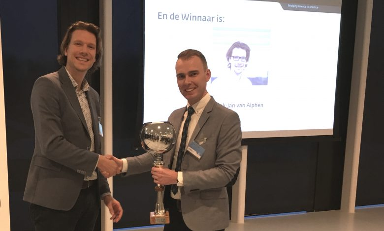Henk-Jan van Alphen (left), after being handed the reuse trophy by quizmaster Tim van der Mast, could consider himself the 'WiCEst person in the Benelux'.