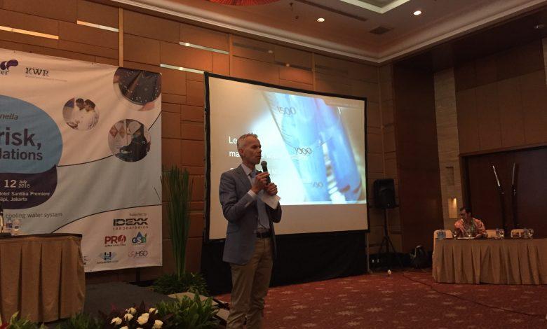 Tijdens het seminar op 12 juli riep KWR-onderzoeker Frank Oesterholt de talrijk aanwezige Indonesische deelnemers op, om bij de uitvoering van het project te helpen.