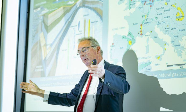 Ad van Wijk spreekt tijdens het seminar over het gedachtegoed achter W3: waterstof, warmte en water