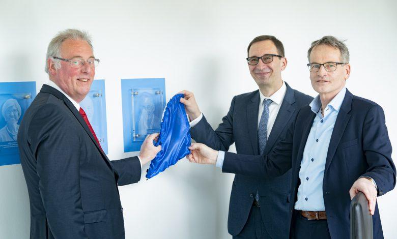 Directeur Dragan Savic en Jos Boere onthullen het glaasje ter ere van Honorary Fellow Ad van Wijk