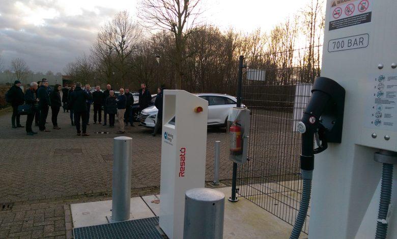 Deelnemers aan de bijeenkomst krijgen toelichting op de werking van het waterstof- en zonnepanelenpark bij KWR en Waternet