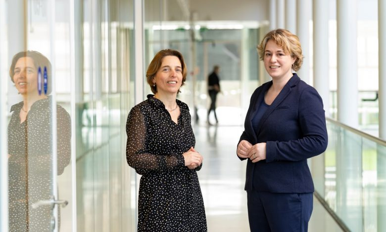 Lianne van Oord, departing member of the Sector Research Coordination Platform (left), and Anne Mathilde Hummelen, the sector research programme manager at KWR (right)