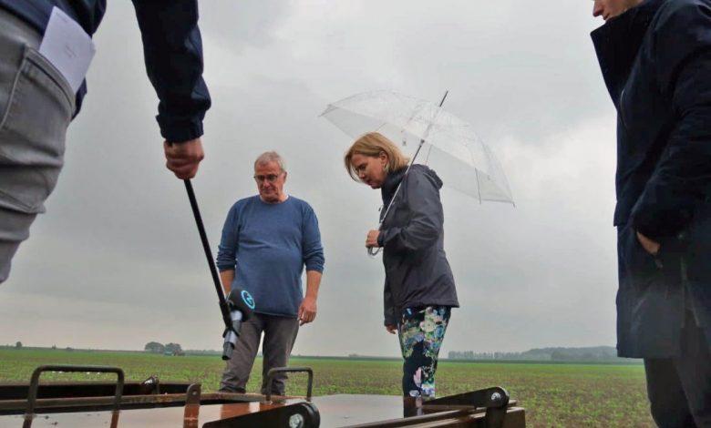 Op gepaste afstand van 1,5 meter wegens coronamaatregelen krijgt minister Van Nieuwenhuizen te midden van de wortelen toelichting over peilgestuurde drainage en ondergrondse waterberging (links: Alex van Hootegem van Meulwaeter, rechts: Teun van Dooren van KWR).