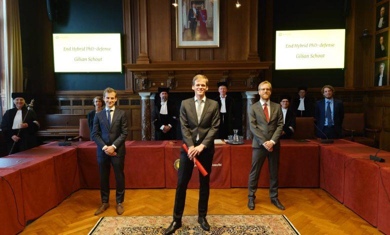 Gilian Schout (midden) na de uitreiking van zijn bul, met co-promotor Niels Hartog, rechts achter